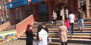 LGS'de çocuklarını bekleyen velilere kumanya dağıtıldı