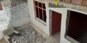 Sahipleri tarafından terk edilen 8 yapıya yıkım