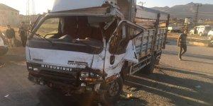 Kamyonla kamyonet çarpıştı: 1 yaralı