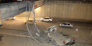 Çarpışan araçlar üst geçitten düştü: 5 yaralı