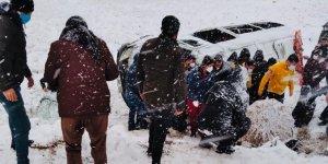 Diyarbakır'da kar yağışı sonucu iki minibüs devrildi: 22 yaralı