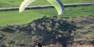 Cudi Dağı eteklerinde yamaç paraşütü etkinliği