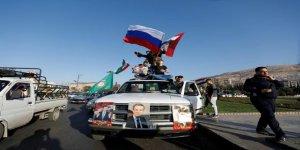 Rus bayraklarıyla sokağa çıktılar