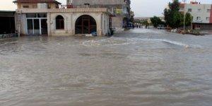 Nusaybin'de su borusu patladı, yolar göle döndü