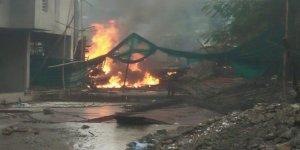 Hindistan'da uçak şehir merkezine düştü