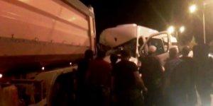 Minibüs kamyona arkadan çaptı: 2'si ağır 5 yaralı