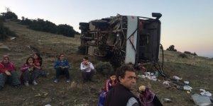 Tarım işçilerini taşıyan servis devrildi: 26 yaralı