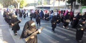 Anaokulu çocukları törende peçeli ve 'silahlı' yürütüldü