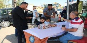 Diyarbakır'da mezarlığa gelenlere şeker ikramı