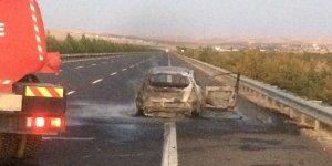 Şanlıurfa'da seyir halindeki araç yandı