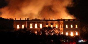 Brezilya'da 200 yıllık müze yanıp kül oldu