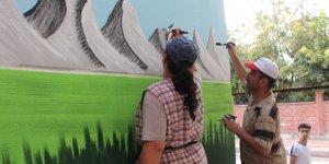 Sinoplu çift Siirt'in duvarlarını süslüyor