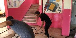 Müdür ve öğretmenler okulu temizledi