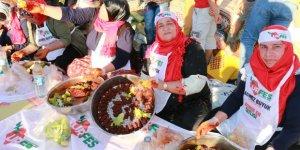 Şanlıurfa'da 300 kişi çiğ köfte yoğurdu