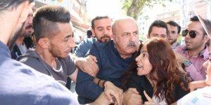 HDP önünde açıklamaya yapmak isteyen gruba polis müdahalesi