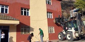 Okulda iş makinesi ile boya yaptılar