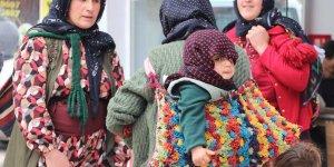 Koçer kadınlar sırtlarında çocukları ile alışveriş yaptı
