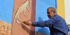 İşçi emeklisi ressam, şehrin duvarlarını renklendiriyor