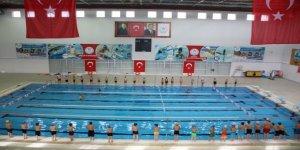 Dezavantajlı çocuklar yüzme öğreniyor
