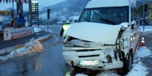 Öğrenci servisi ile midibüs çarpıştı: 14 yaralı