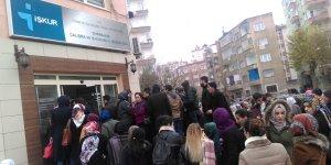 VİDEO- Diyarbakır'da İŞKUR önünde yüzlerce kişilik kuyruk oluştu