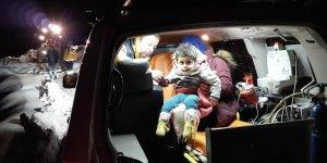 Sağlık ekipleri karlı yolda 3 yaşındaki çocuk için seferber oldu