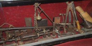 Süryani ustalarının 200 yıllık malzemelerini saklıyor
