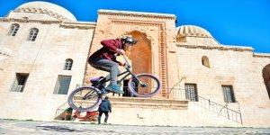 Suriyeli İbrahim, bisiklet tutkusunu Mardin sokaklarında sürdürüyor