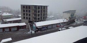 Çukurca'ya bahar ortasında kar yağdı