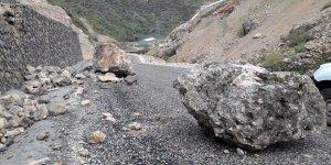Dev kaya parçalarının kapattığı köy yolu ulaşıma açıldı