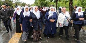 Açlık grevinde olan tutuklu aileleri Diyarbakır'da yürüyüş yaptı