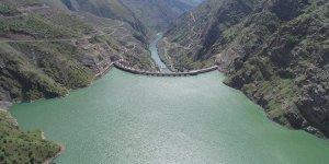 Karakaya Barajı'nda su tahliyesi yapılıyor