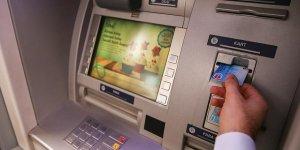 İstanbul'da bir şahıs, ATM'ye baltayla saldırdı