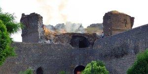 Tarihi Surlar yıkılıyor, yakılıyor, kirletiliyor!