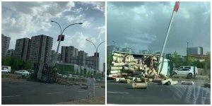 VİDEO - Diyarbakır'da arı kovanı yüklü kamyonet devrildi, faciadan dönüldü