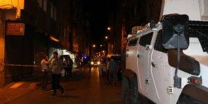 VİDEO - Diyarbakır'da seyir halindeki otomobile çapraz ateş