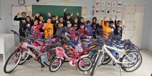 Fedakar öğretmenden öğrencilere bisiklet dağıtımı