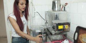 Diyarbakırlı genç kız, üniversiteye gidebilmek için çay ocağı işletmeye başladı