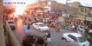 Pakistan'daki patlama güvenlik kamerasına takıldı