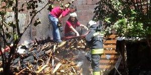 Avluda çıkan yangın çevre evlere sıçramadan söndürüldü