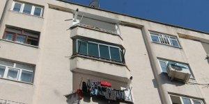 Diyarbakır'da tost yiyen gencin kafasına cam balkon düştü