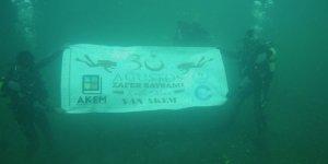 Van Gölü'nün altında Zafer Bayramı'nı kutlaması