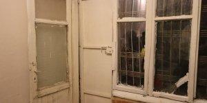 2 çocuğuyla kapısı ve penceresi kırık evde yaşayan anne yardım bekliyor