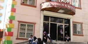 """Çocuklarının """"dağa kaçırıldığını"""" iddia eden aileden, HDP önünde oturma eylemi"""