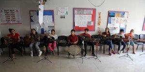 Mülteci çocukları savaşın etkilerini müzikle atmaya çalışıyor
