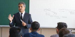 Eğitimde bir ilk, milli eğitim müdürü sınıfta ders verdi
