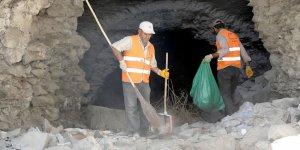 Büyükşehir Belediyesi ekipleri, tarihi surların etrafını temizliyor