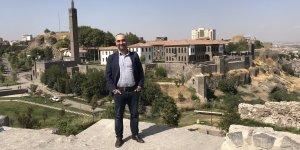 Gazeteci Saymaz önce Diyarbakır ciğeri yedi sonra Surlara çıktı!