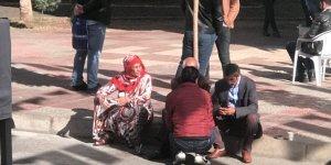 HDP önünde eylem yapan aileler tartıştı, bir kişi uzaklaştırıldı