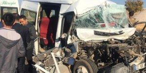 Mardin'de öğrenci servisine tır çarptı: Ağır yaralılar var